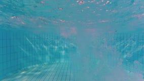 Alguien que se zambulle en piscina en el fondo de la textura de las ondas metrajes