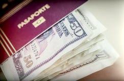 Algum americano tickets dólares dentro de um passaporte fotografia de stock