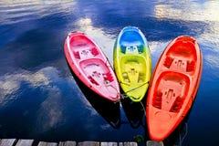 Algum barco no lago Imagens de Stock