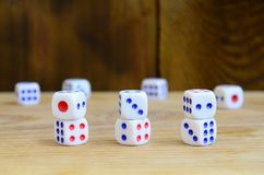 Algum dado encontra-se na superfície da madeira natural Os artigos para gerar numeram de um a seis sob a forma dos pontos que são imagens de stock royalty free