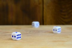 Algum dado encontra-se na superfície da madeira natural Os artigos para gerar numeram de um a seis sob a forma dos pontos que são imagem de stock royalty free