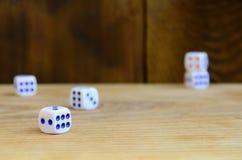 Algum dado encontra-se na superfície da madeira natural Os artigos para gerar numeram de um a seis sob a forma dos pontos que são fotografia de stock royalty free