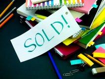Alguém deixou a mensagem em sua mesa de trabalho; Vendido Imagens de Stock Royalty Free