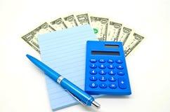 Algum dinheiro com bloco de notas e calculadora Imagem de Stock Royalty Free