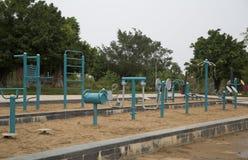 Algum equipamento exterior do body building arranjou no parque Foto de Stock