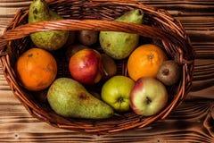 Algum fruto na cesta de vime Imagens de Stock Royalty Free
