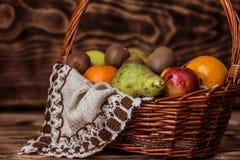 Algum fruto na cesta de vime Fotos de Stock