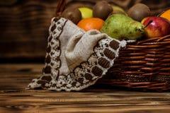 Algum fruto na cesta de vime fotos de stock royalty free