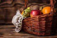 Algum fruto na cesta de vime foto de stock