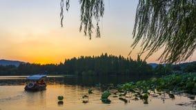 Algum momento crepuscular no lago ocidental, Hangzhou imagens de stock royalty free
