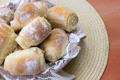 Algum pão fresco na tabela Foto de Stock