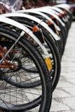 Alguma bicicleta rentable urbana no estacionamento Fotografia de Stock