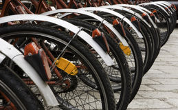 Alguma bicicleta rentable urbana no estacionamento Imagem de Stock