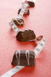 Alguma dos chocolates e da medida imagem de stock