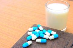 Alguma medicina não podia tomar com leite Fotografia de Stock Royalty Free