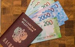 Alguma moeda do russo, incluindo as 200 e 2000 contas novas do rublo Imagem de Stock Royalty Free