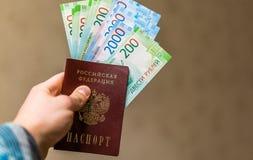 Alguma moeda do russo, incluindo as 200 e 2000 contas novas do rublo Fotografia de Stock