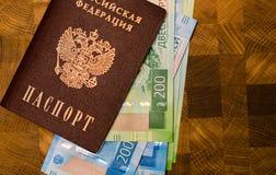 Alguma moeda do russo, incluindo as 200 e 2000 contas novas do rublo Fotografia de Stock Royalty Free