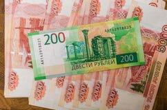 Alguma moeda do russo, incluindo as 200 e 2000 contas novas do rublo Imagens de Stock