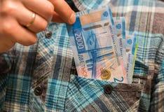 Alguma moeda do russo, incluindo as 200 e 2000 contas novas do rublo Foto de Stock Royalty Free