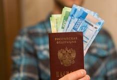 Alguma moeda do russo, incluindo as 200 e 2000 contas novas do rublo foto de stock