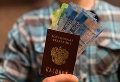 Alguma moeda do russo, incluindo as 200 e 2000 contas novas do rublo fotos de stock