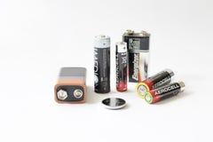 Algumas baterias no fundo branco Foto de Stock