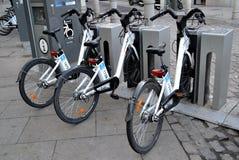 Algumas bicicletas do serviço alugado da bicicleta no Madri, Espanha Fotos de Stock Royalty Free