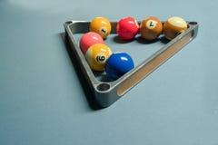 Algumas bolas de associação na bola do triângulo do metal submetem na mesa de bilhar imagem de stock
