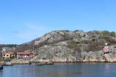 Algumas casas do feriado no arquipélago de Gothenburg, Suécia, Escandinávia, ilhas, oceano, natureza foto de stock royalty free