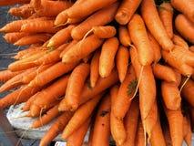 Algumas cenouras frescas no mercado dos fazendeiros Fotos de Stock Royalty Free