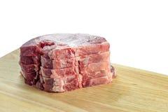 Algumas costeletas de carne de porco frescas na placa preta Fotos de Stock