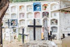 Algumas cruzes e sepulturas muito sujas e velhas Fotografia de Stock Royalty Free