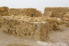 Algumas das ruínas reconstruídas da fortaleza judaica antiga do clifftop de Masada em Israel do sul Tudo abaixo do marcado imagens de stock