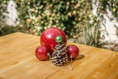 Algumas decorações do Natal em uma tabela de madeira, em um pátio de Imagem de Stock