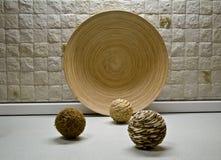Algumas esferas da palha e ainda-vida de madeira da placa Fotografia de Stock