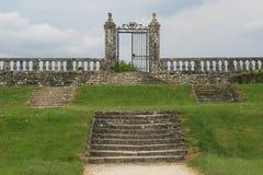 Algumas etapas conduzem à entrada dos jardins de um castelo em França Imagens de Stock