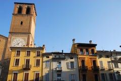 Algumas fachadas das casas que estão no quadrado da vitória ao lado da basílica do Virgin supuseram na cidade de Lodi em Lombardy Fotografia de Stock