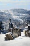 Algumas lápides do granito no cemitério do protestante do monte do bosque no Estrie em um dia de inverno frio em Canadá imagens de stock