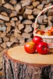 Algumas maçãs e cesta no coto Foto de Stock Royalty Free