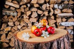 Algumas maçãs no coto no fundo da lenha Fotografia de Stock Royalty Free