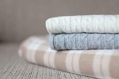 Algumas mantas acolhedores em um sofá Conceito do outono ou do inverno foto de stock royalty free