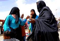 Algumas mulheres com véu e burqain o souk da cidade de Rissani em Marrocos Fotos de Stock