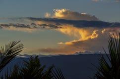 Algumas nuvens alaranjadas e amarelas em um por do sol fotos de stock