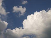 Algumas nuvens. (fundo) Imagem de Stock Royalty Free