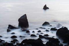 Algumas pedras e um mar calmo fotografia de stock royalty free