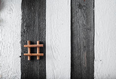 Algumas penas da canela amarradas com corda na superfície de madeira rústica foto de stock royalty free