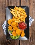 Algumas pepitas de galinha feitas frescas (com microplaquetas) Imagem de Stock