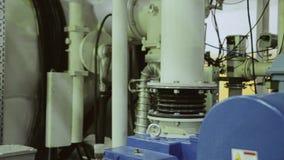Algumas unidades de uma grande instalação industrial Motor elétrico tubulações video estoque