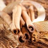 Algumas varas de canela no fundo de madeira Fotografia de Stock